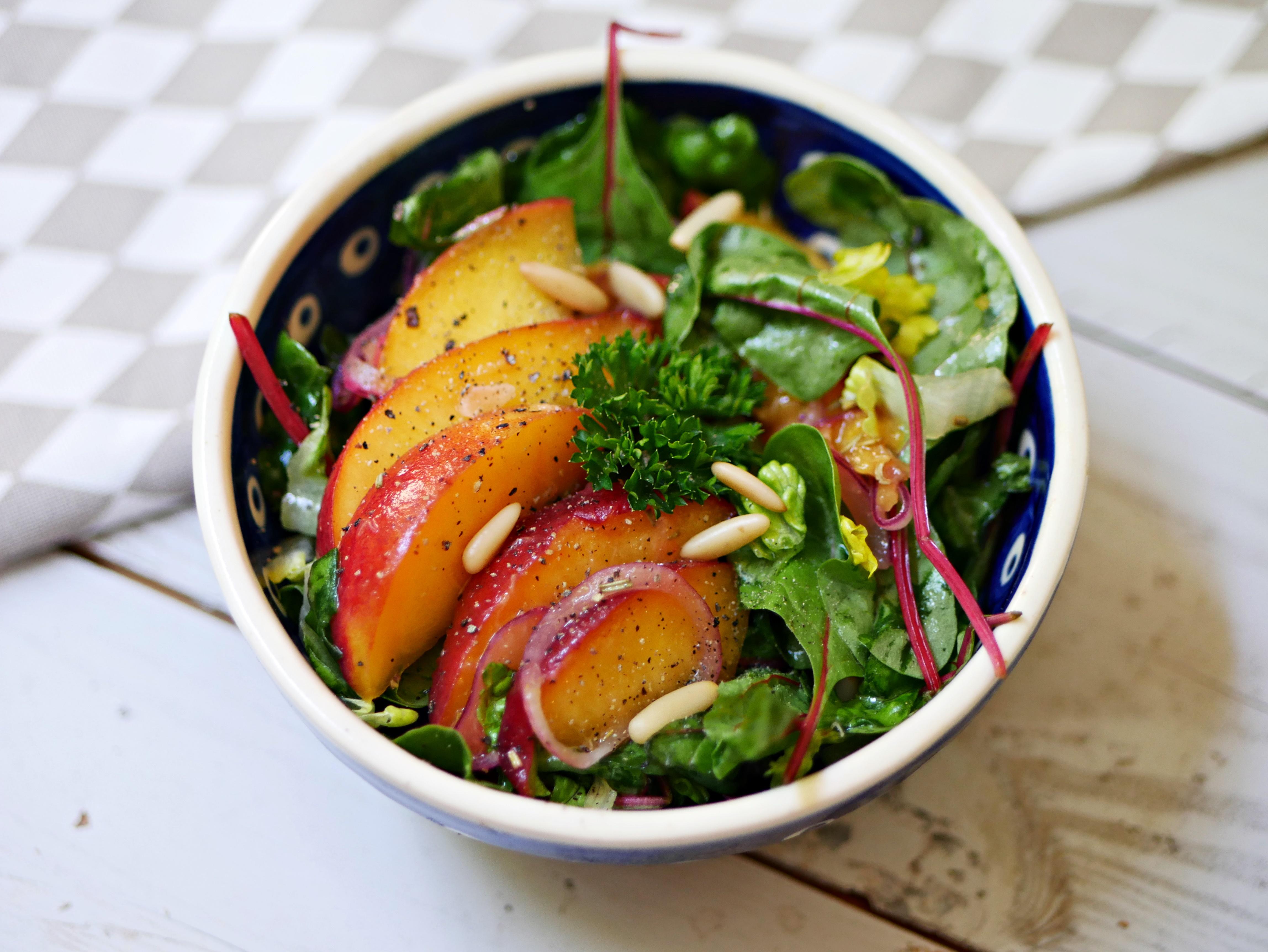Marinierter Pfirsich auf grünem Salat – Nordisch Roh